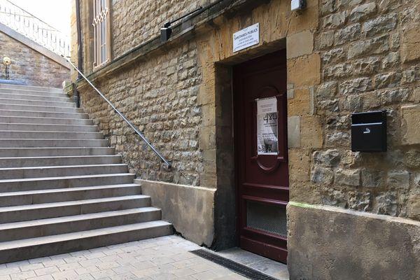L'exposition engagée de Mehryl Levisse est abritée derrière la porte des toilettes publiques de la place Ducale.