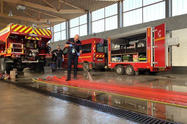 Les pompiers hauts-marnais nettoient les camions à leur retour du Var, le 25 août 2021.