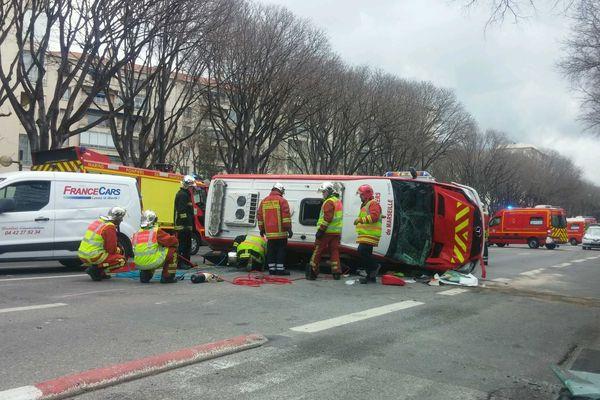Le camion de pompiers s'est renversé dans le choc sur le boulevard Michelet à Marseille.