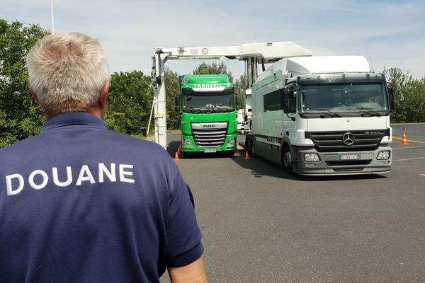 Le camion scanner mobile de la douane, qui est depuis dimanche 14 juillet sur l'A75, permet de contrôler 12 camions en un heure.