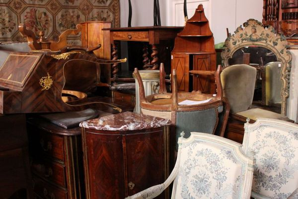 Après deux mois à l'arrêt, la salle des ventes d'Aurillac est pleine à craquer d'objets qui seront proposés prochainement