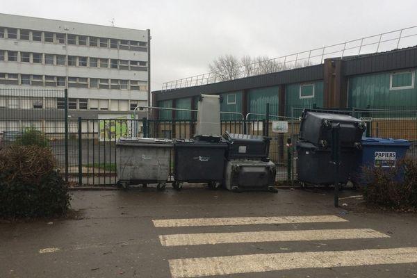 Des poubelles devant une des entrées du lycée Victor-et-Hélène-Basch à Rennes