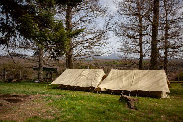 Les scouts seront très présents en Auvergne cet été, comme ici à Bromont-Lamothe, qui accueille régulièrement des groupes et offre une vue sur la chaîne des Puys.