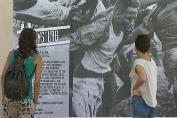 Sur les murs de Perpignan, un collectif colle des photos d'actualités grands formats en noir et blanc qui interpellent le public