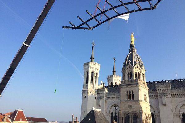 Pose de la nouvelle verrière sur la Maison carrée, sur l'esplanade de Fourvière, qui accueille plus de deux millions de visiteurs