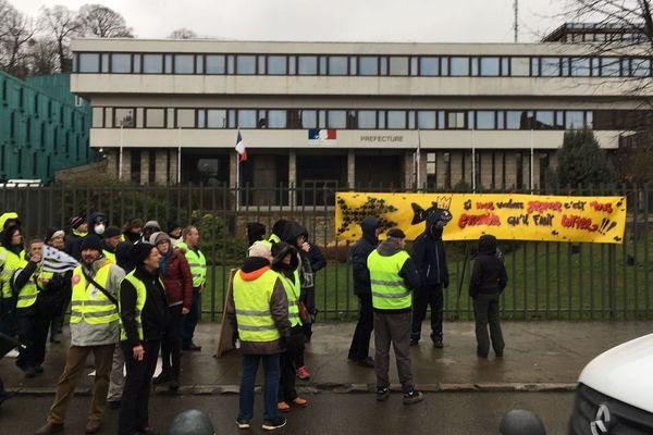 Mobilisation des gilets jaunes, devant la préfecture des Côtes d'Armor