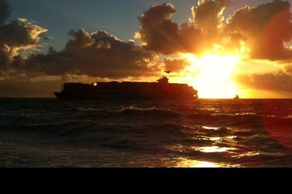 Le porte-conteneurs Maersk Salina s'approche des côtes havraises.