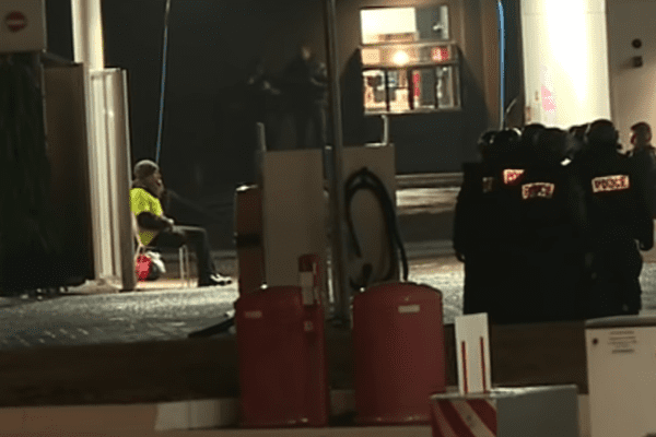 Le 23 novembre 2018, au début du mouvement des gilets jaunes, Laurent C. menaçait de se faire exploser dans une station service à Angers.