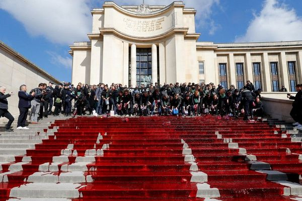 Quelques dizaines de militants d'Extinction Rebellion ont déversé dimanche matin du faux sang sur les marches du Trocadéro à Paris.