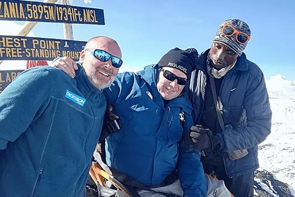 L'aventurier de l'Yonne Arnaud Chassery (à gauche) avec Yann Jondot, élu breton paraplégique (au centre), et l'un de leurs accompagnateurs au sommet du Kilimandjaro, en Tanzanie - octobre 2017