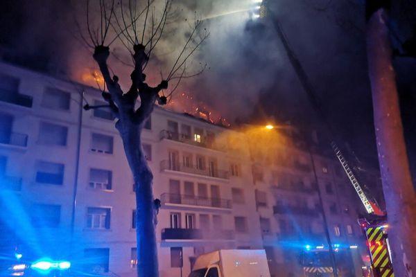 Le feu a pris dans les combles de l'immeuble situé 33 allée Reuss au Neuhof