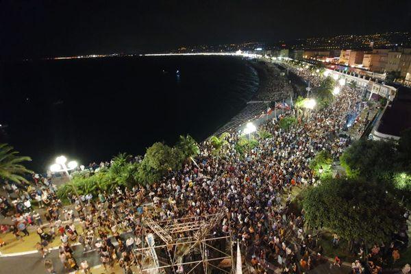 Des milliers de personnes en bas de la colline du château pour écouter le Dj The Avener.