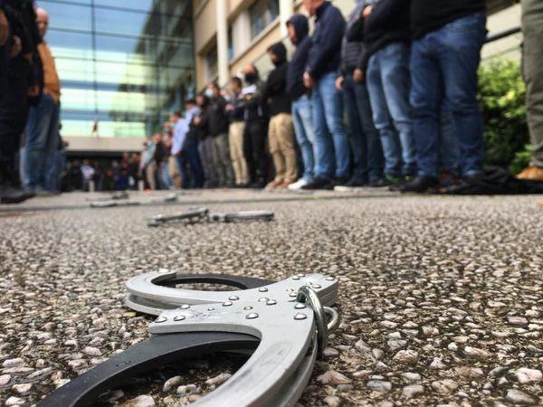 Les policiers ont déposé leurs menottes devant l'hôtel de police de Montpellier.