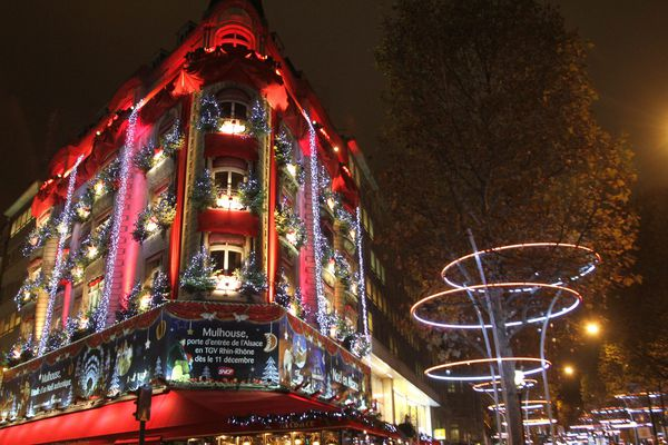 La Maison de l'Alsace se situe environ 150 mètres en contrebas du lieu de l'attaque terroriste, qui coûta la via à un policier le 20 avril sur les Champs-Élysées.