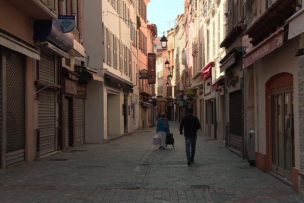 Les rues de Cannes sont presque vides et de nombreux commerces sont fermés.