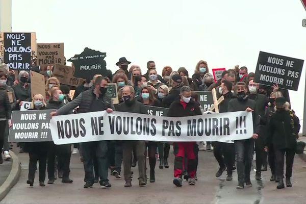 Tous vêtus de noir, les commerçants châtillonais ont manifesté ce matin dans les rues de la ville.