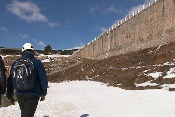 Un chantier exceptionnel, à plus de 2000 mètres d'altitude, au barrage des Bouillouses. Il devrait durer environ 3 mois - avril 2017
