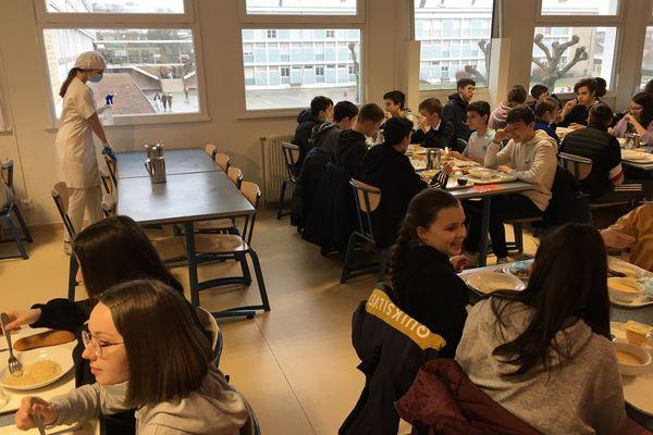 A la cantine les élèves mangent par classe