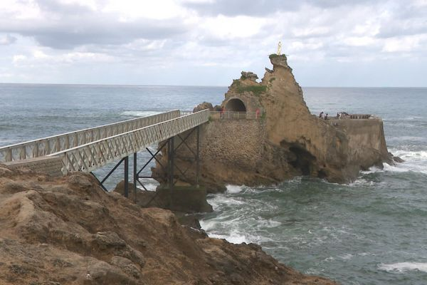 Un promontoire sur l'Atlantique, le Rocher de la Vierge est le symbole de Biarritz.