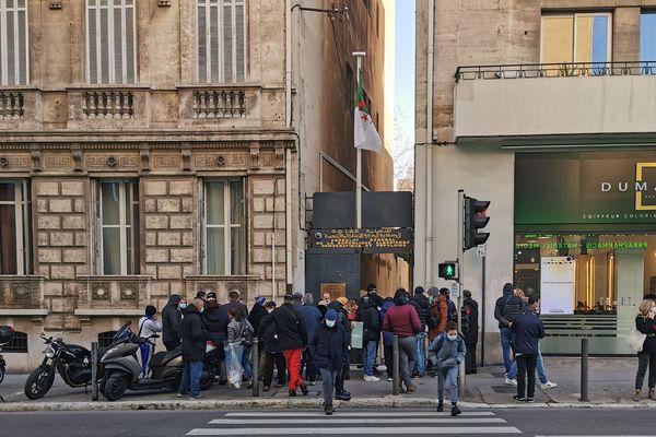 Des dizaines de manifestants se sont rassemblés mardi 26 janvier 2021, devant le consulat général d'Algérie à Marseille.