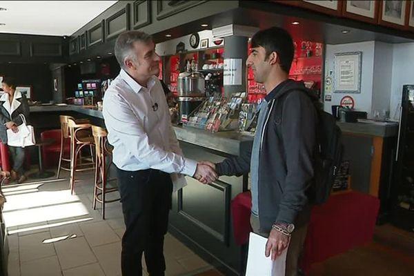 Un gérant de brasserie a reçu un candidat dans son établissement