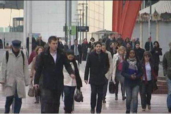 En Ile-de-France, le salaire moyen pour une femme est de 1.760 euros et pour un homme de 2.390 euros.