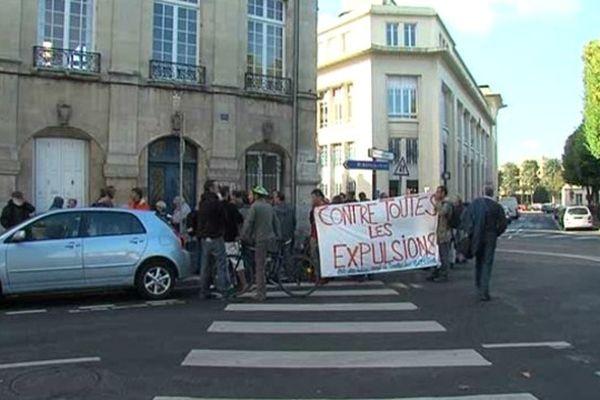 """Les militants du """"Collectif 14"""" devant le tribunal d'instance de Caen ce mardi 10 septmbre"""