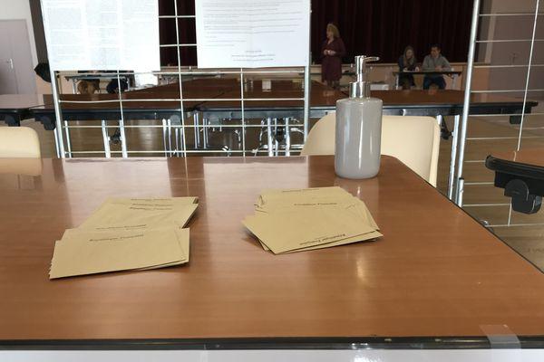 Gel hydroalcoolique, aucun contact, respect des distances de sécurité... Les mesures sont prises dans les bureaux de vote.
