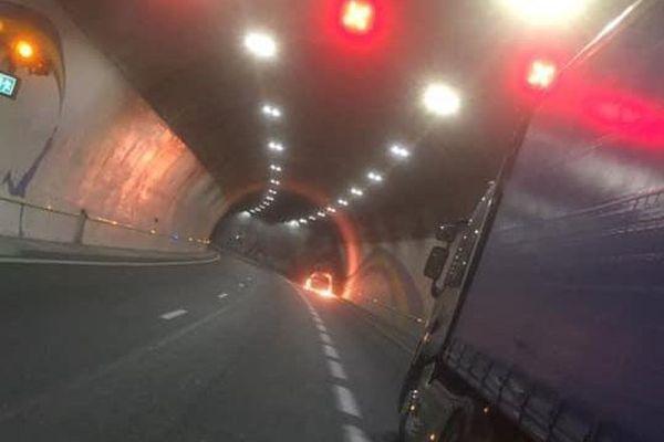 Hérault : l'A.75 fermée dans les 2 sens à cause d'une voiture en feu dans le tunnel du Pas de l'Escalette - 10 juillet 2020.