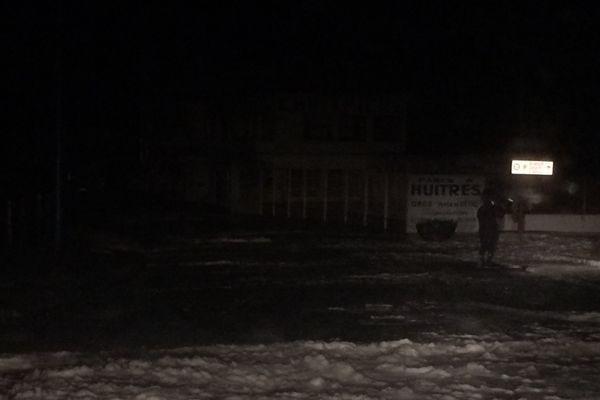 A Dieppe, dans la nuit du 12 au 13 janvier, d'impressionnantes vagues atteignent sans mal la promenade du front de mer.