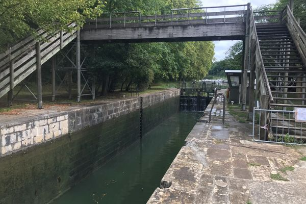 Une écluse sur le canal de la Garonne. Le comité de bassin Adour Garonne qui gère l'approvisionnement en eau du Sud-Ouest envisage de mettre des capteurs dans les écluses pour gérer la ressource et atténuer la pénurie.