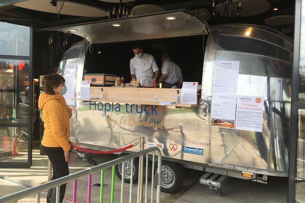 Le Hopla Truck du chef étoilé Olivier Nasti, situé dans le café Rapp de Colmar offre un repas gratuit aux étudiants pour un repas acheté, une contribution à la belle idée de deux mamans de Ribeauvillé