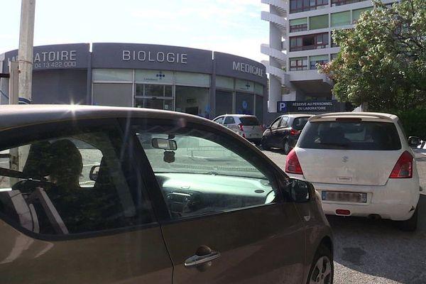 28/07/2020. Embouteillage devant un laboratoire à Marseille pour se faire dépister gratuitement et sans ordonnance de la Covid-19.jpg