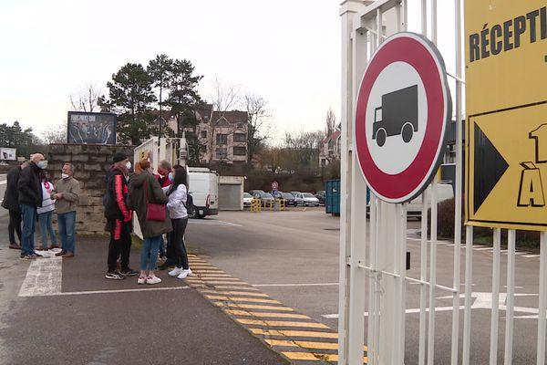 Une partie des salariés de Stanley Black&Decker ont participé à une assemblée générale à l'entrée de leur usine, à Besançon.