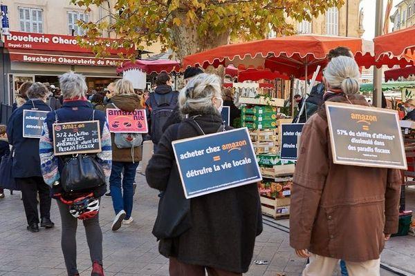 Rassemblement de citoyens contre Amazon, sur un marché d'Aix-en-Provence (Nov 2020)