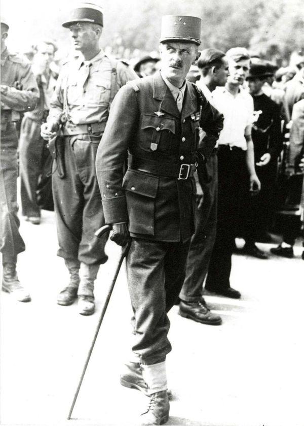 Philippe Leclerc de Hautecloque avec sa canne