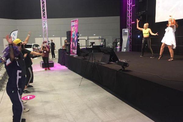 Dina, championne de France et vice-championne du monde de Just Dance, en démonstration à la foire européenne