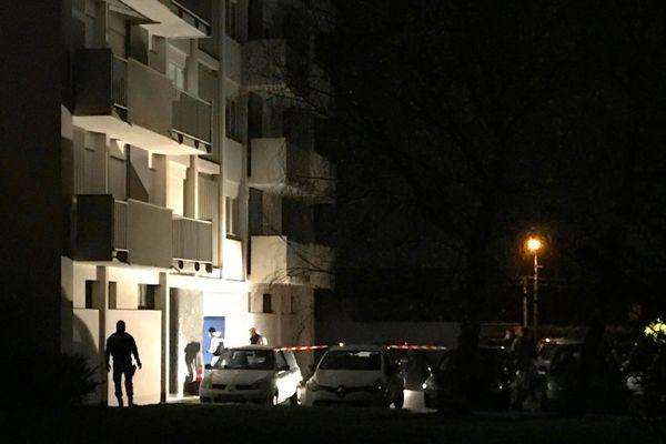 Jusque tard dans la soirée, la police scientifique a procédé à des investigations rue Delacroix à Cholet après l'agression qui a fait deux morts et une blessée grave