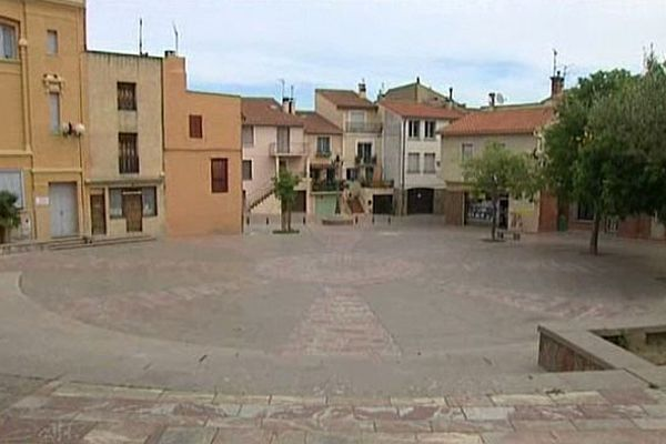 Elne (Pyrénées-Orientales) - la place du marché vide - avril 2015.