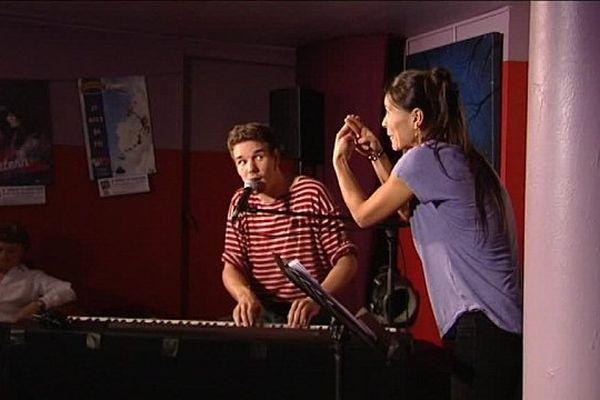 Le chanteur Manu Galure traduit en langue des signes