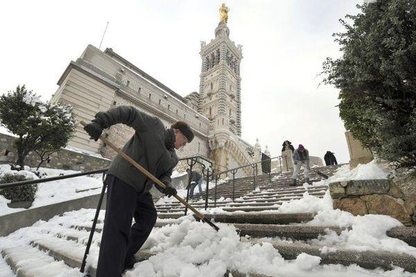 Notre-Dame de la Garde sous la neige à Marseille le 8 janvier 2009.