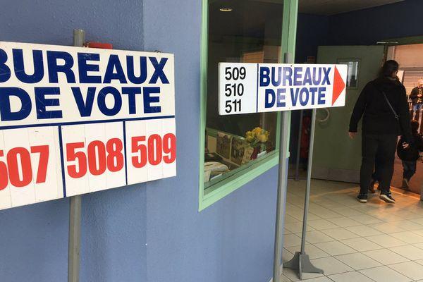 Les bureaux de vote pour le second tour de l'élection présidentielle ont ouvert à 8 heures, le dimanche 7 mai. Ils ferment à 19 heures pour la majorité d'entre eux et à 20 heures dans les grandes villes.