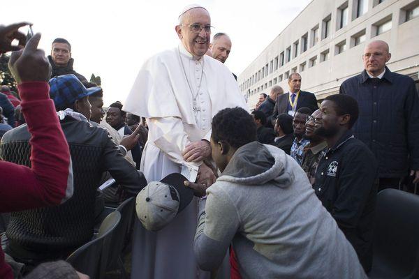 Le Pape François avec des migrants, près de Rome.