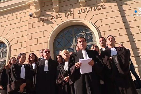 Jeudi 15 novembre, les avocats du barreau d'Ajaccio se sont rassemblés devant le palais de Justice de la ville pour protester contre la loi de programmation pour la justice.