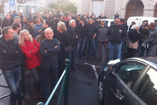 Environ cent personnes se sont rassemblées ce mardi devant la mairie de Porto-Vecchio.