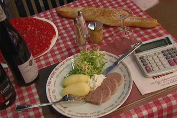 Saucisson à cuire, cervelle de canut, pommes de terre... Un menu de réveillon très lyonnais, et très peu onéreux.