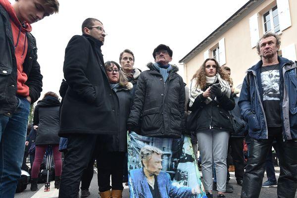 Des fans de Johnny Hallyday devant sa maison de Marnes-la-Coquette, dans les Hauts-de-Seine.