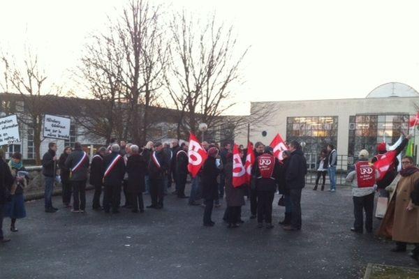 Manifestation devant le lycée hôtelier de Bazeilles, le mercredi 12 décembre
