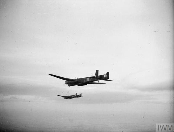 Deux bombardiers Armstrong Whitworth Whitley du 10 Squadron photographiés en vol (document non daté).