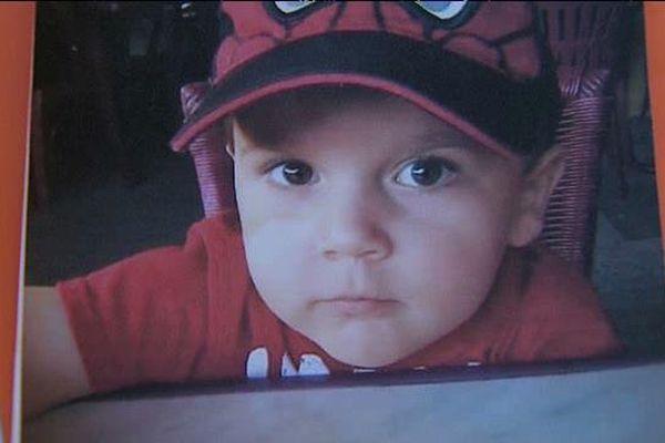 Le petit Yanis, 3 ans, a été retrouvé mort par sa maman, le 15 février 2014  à Longues, près de Vic-le-Comte, dans le Puy-de-Dôme. Il a été étouffé par son père qui comparait devant la cour d'assises à Riom.